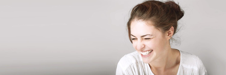 Junge, lachende Frau mit schönen Zähnen.
