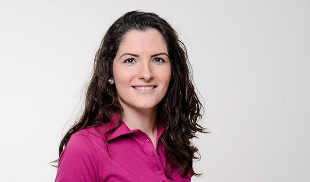 Zahnmedizinische Fachangestellte Adelina Zumeri im Portrait.