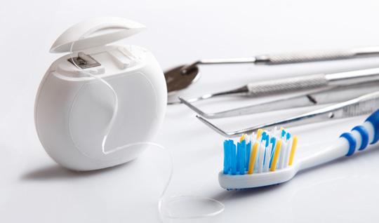 Zahnseide, Zahnbürste und Sonstiges was zur professionellen Zahnreinigung benötigt wird